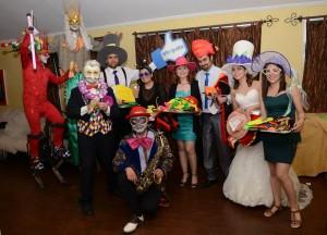 distribución de cotillón con artistas entretenidos en pista de baile